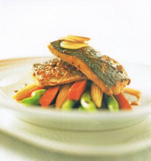 ปลากระบอกย่างกับผักต้มสามสี