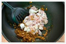 ผัดไก่กับเครื่องแกงแคไก่